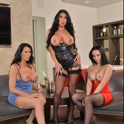 August Taylor in 'VR Naughty America' MILFs August Taylor, Crystal Rush, and Reagan Foxx fuck the bartender  (Thumbnail 64)