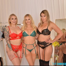 Deanna Dare in 'VR Naughty America' Employee gets lucky with 3 sexy babes, Deanna Dare, Ivy LeBelle, and Paisley Porter in the infamous Dressing Room (Thumbnail 13)