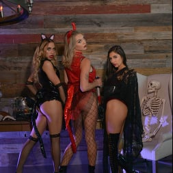 Gabbie Carter in 'VR Naughty America' Gabbie Carter, Gianna Dior, and Khloe Kapri give the best treats of all (Thumbnail 28)