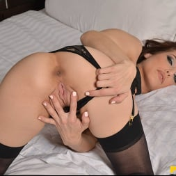 Spencer Bradley in 'VR Naughty America' is ready to spread her legs for you!! (Thumbnail 17)